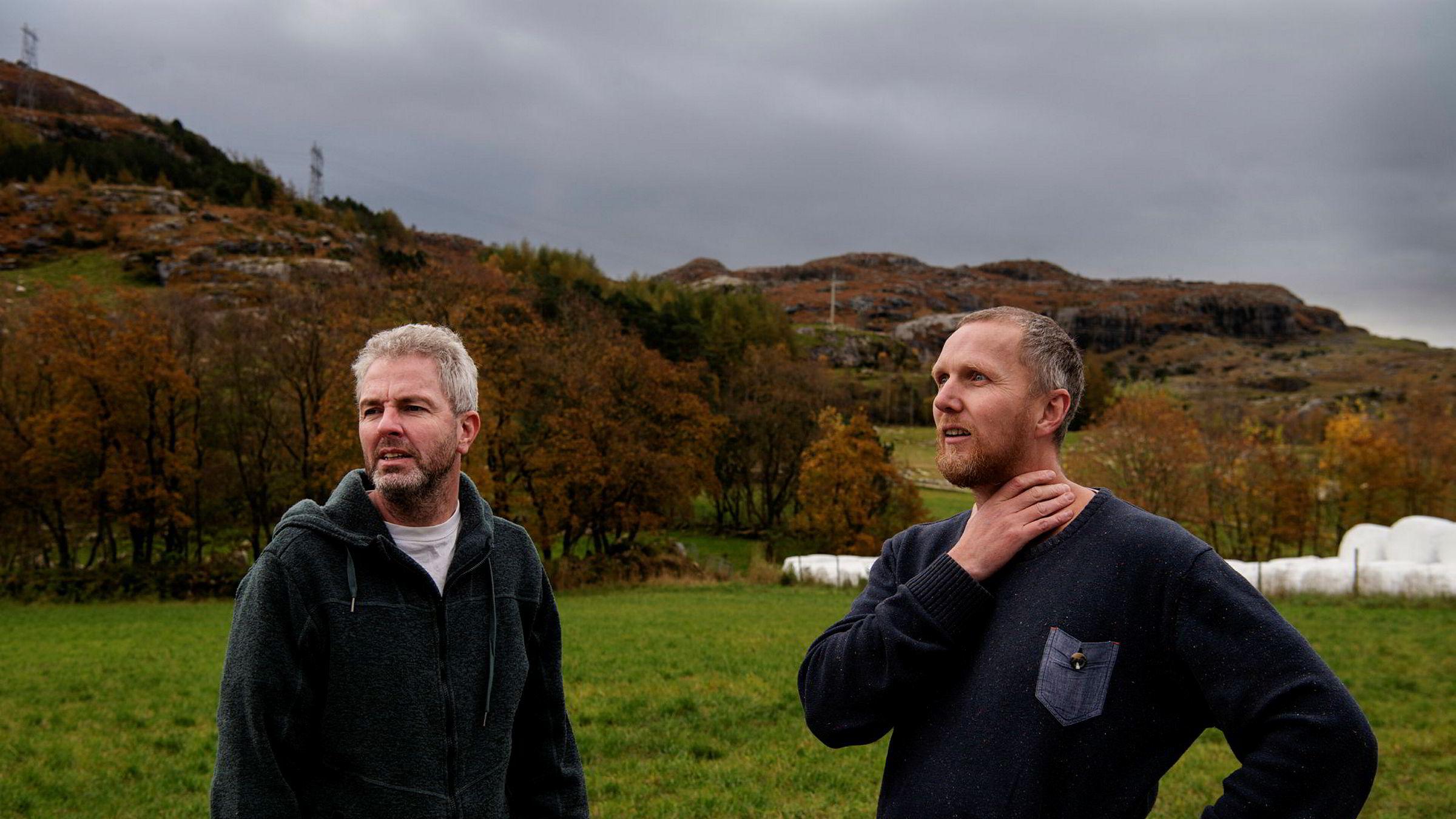 Eivind Salen (til høyre) er leder i interimsstyret i den nystartede folkeaksjonen Motvind. Her i Noredalen i Sandnes, der det nå bygges et vindkraftanlegg på åsene bak. Nabo Heino Nielsen (til venstre) har meldt seg inn.