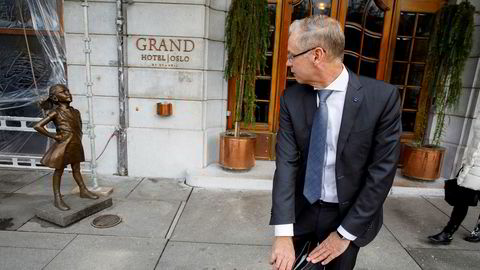 SAS-sjef Rickard Gustafson passerer bronseskulpturen «Fearless Girl» på vei ut fra en energikonferanse i Oslo. Hjemme i Sverige har «flyskam» bidratt til kraftig trafikknedgang i år, og den svenske klimaaktivisten Greta Thunberg er blitt en internasjonal stjerne.