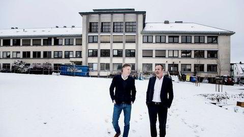 Alfred Ydstebø (til venstre) har flere boligprosjekter på gang i Stavanger-området gjennom selskapet Base. Her er han sammen med finansdirektør i Base Bolig, Ketil Petterson. Bak dem ruver den gamle Hermetikkfagskolen, som nå bygges om til eksklusive leiligheter med restaurant i første etasje.