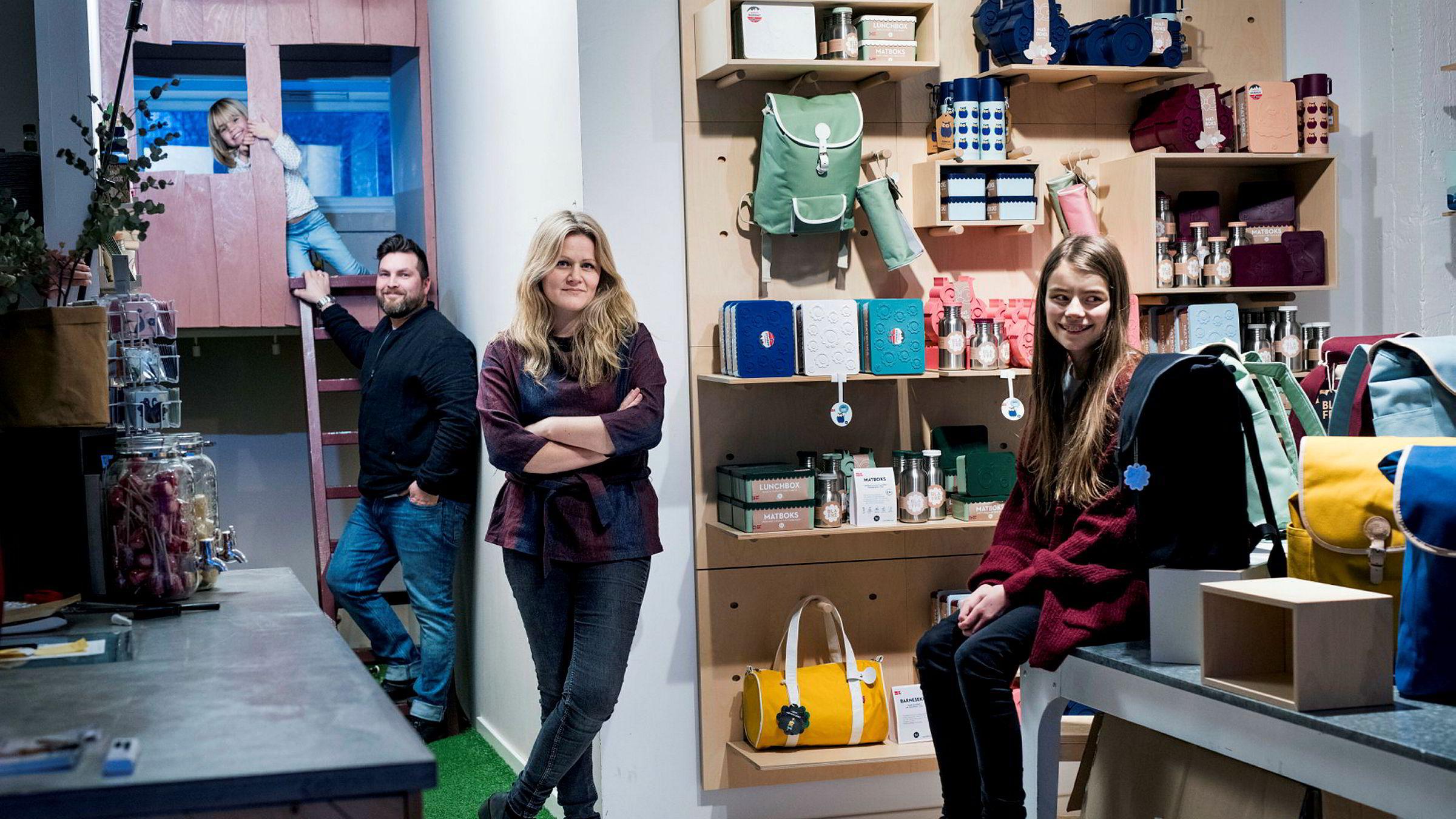Blafre-familien har showroom på Ekeberg i Oslo. Fra venstre junior produktrådgiver Lotta Johanna (5), produktsjef Remi David Fagervik (45), gründer Ingrid Erøy Fagervik (40) og senior produktrådgiver Nora Mathea (12).