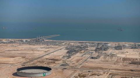 Saudi-Arabia gjør alt det kan for å stabilisere oljemarkedet. Avbildet er det statlige oljeselskapet Saudi Aramcos oljeanlegg Safaniya og Tanajib i Fadhili i den østlige provinsen i Saudi-Arabia.