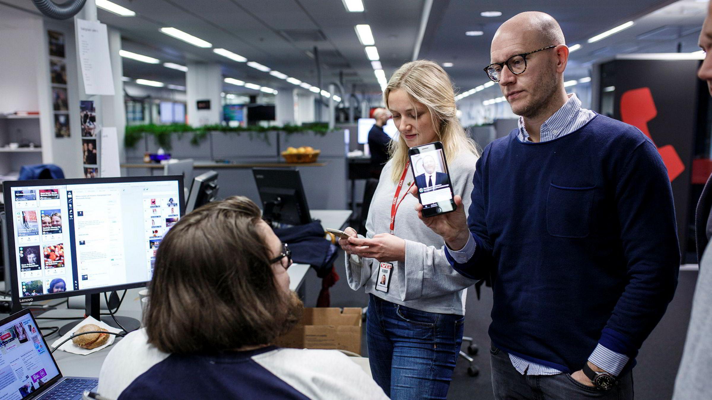 Journalistene Ole-Fredrik Lambertsen (til venstre) og Vilde Mebust Erichsen og digitalredaktør Ola E. Stenberg med VGs nyhetsapp Peil.