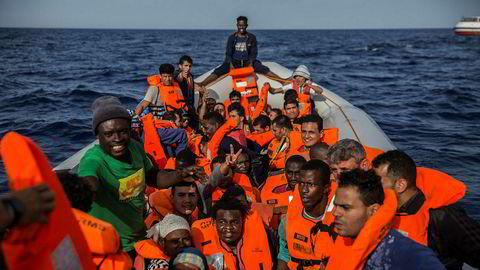 Flyktninger og migranter om bord en båt utenfor kysten av Libya.