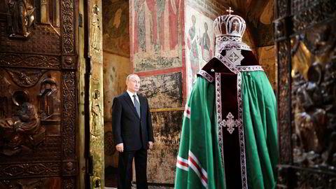 Vladimir Putin avla presidenteden i Kreml-palasset i Moskva mandag. I innsettelsesseremonien inngikk også en bønnetime.