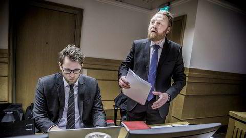 Statsadvokat Bård Thorsen (til høyre) i Økokrim hevdet i retten at de tiltalte Terje og Roger Eriksen har beriket seg selv og handlet i strid med interessene til selskapet Prora. I de tre neste ukene skal far og sønn forsvare seg mot anklagene i Sør-Trøndelag tingrett.