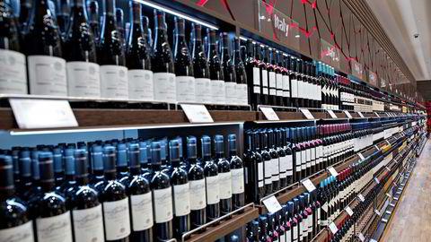 Godt utvalg. En 52 meter lang vinhylle er noe av det som møter reisende på Oslo Lufthavns ankomstbutikk.
