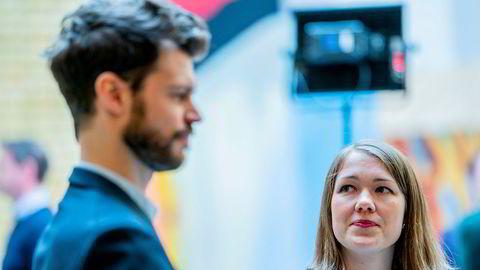 Bjørnar Moxnes (R) og Une Bastholm (MDG) etter pressekonferansen på Stortinget etter forhandlingene med regjeringen om en tredje krisepakke. De to fikk ikke være med på forhandlingene mandag.
