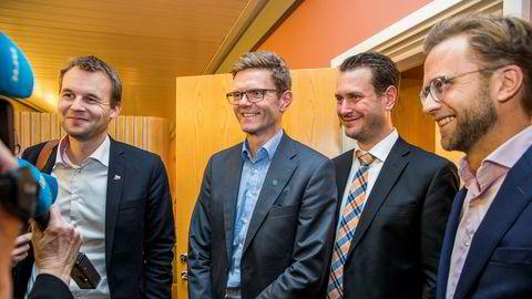 De finanspolitiske talsmennene f.v.: Kjell Ingolf Ropstad (KrF), Terje Breivik (V), Helge André Njåstad (Frp) og Nikolai Astrup (H) snakker med pressekorpset etter budsjettforhandlingene i Stortinget onsdag.