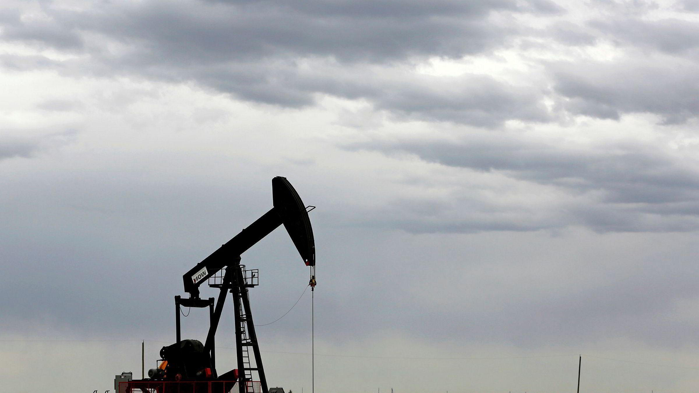 Oljeprisen faller markant fredag morgen.