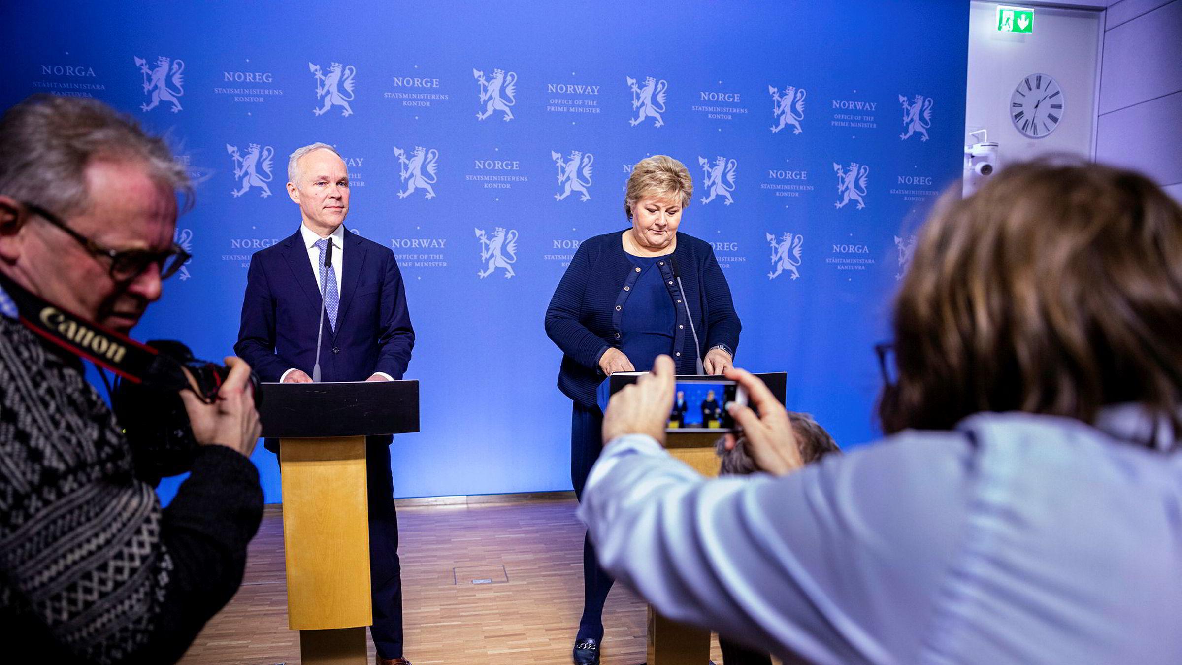 Erna Solberg og Jan Tore Sanner legger fra handlingsplan for krisen, på Statsministerens