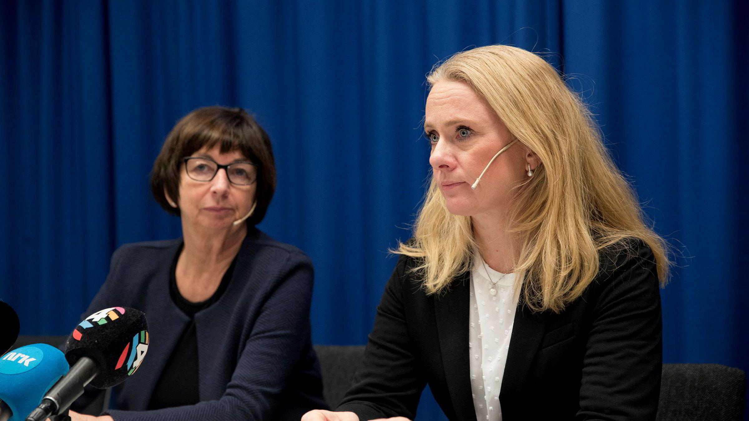 Arbeids og sosialminister Anniken Hauglie (H) og Nav-direktør Sigrun Vågeng tv. holder pressekonferanse om retten til å ta med seg trygd til andre EØS-land har vært praktisert feil.