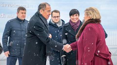 Statsminister Erna Solberg hilser på den russiske utenriksministeren Sergej Lavrov i anledning markeringen av 75-årsdagen for frigjøringen av Øst-Finnmark.