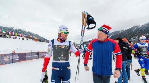 S-chanf, Sveits 20180311. Engadin Skimarathon 2018.Petter Northug (1) kom inn til en nittendeplass i S-Chanf under Engadin Skimaraton i Sveits søndag. Her er han sammen med ekstremtreneren Hallgeir Martin Lundemo etter løpet.Foto: Ørjan Ellingvåg / NTB Scanpix