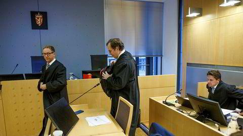 De tiltales advokater i Økokrim-saken i Oslo tingrett, fra venstre: Anders Morten Brosveet og Rasmus Dannevig Woxholt. Til høyre, advokat Pål Sverre Hernæs.