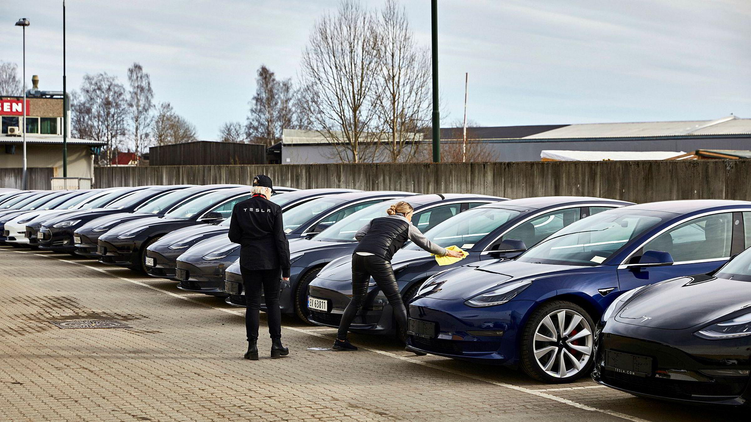 Slik så det ut utenfor Norges Varemesse i fjor da Tesla leverte ut tusenvis av Model 3.
