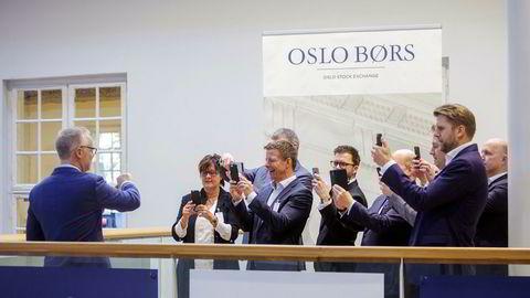 Komplett Bank ble notert på Oslo Børs 10. november 2017 og aksjen har siden den gang falt rundt fem prosent i verdi. Nå kjøper øyelege og investor Ole Morten Halvorsen seg opp i selskapet.