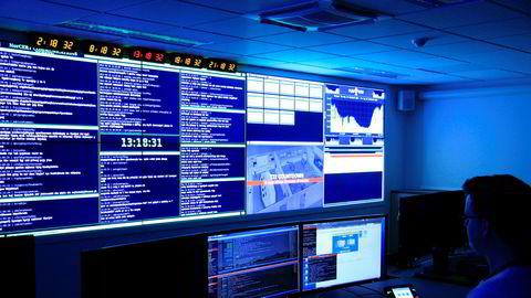 Nasjonal sikkerhetsmyndighet advarer om at selskapene som sikrer Norges statshemmeligheter nå er på konkursens rand, på grunn av koronakrisen. Bildet er tatt i operasjonssentralen i Oslo. Direktoratet er nasjonal varslings- og koordineringsinstans for alvorlige dataangrep og andre ikt-sikkerhetshendelser.