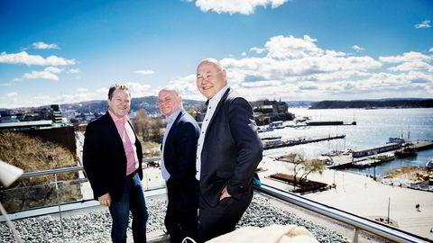Fra venstre Arne Hjeltnes (fra venstre), Thorbjørn Theie og Jørn-Gunnar Jacobsen får nå statsgaranti fra Giek til banklånet de trenger for å starte opp fiskeforedlingsbedriften de har kjøpt i Mehamn i Finnmark.