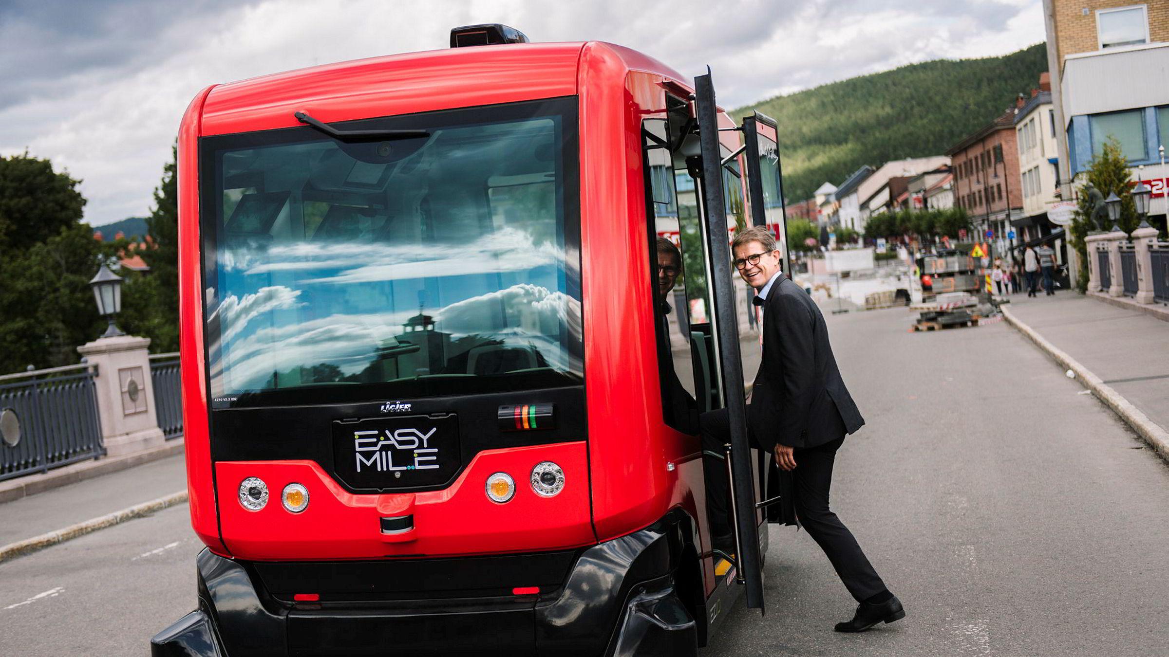 Tett samarbeid nasjonalt mellom private aktører, forskningsinstitutter og offentlig sektor er viktig om Norge skal kunne ta løsningene tidlig i bruk og eksportere kunnskap, tjenester og løsninger knyttet til fremtidens transportsystem. Her Olav Madland, daglig leder i Applied Autonomy som har vært delaktig å innføre den selvkjørende minibussen EZ10 til Norge.