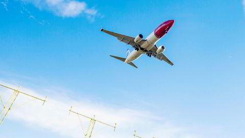 Et Boeing 737–800 går inn for landing på Gardermoen.