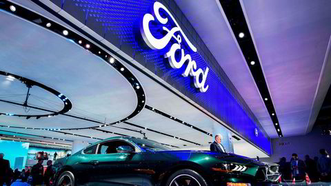 Ford Mustang Bullitt vises frem på den store bilmessen som pågår i Detroit. Men særlig internasjonalt er det elbiler og lavutslippsbiler som etterspørres.