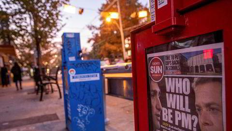 Kanadiske avisautomater viser frem forsidene på valgdagen nylig. Kanadiske medier har vært gjennom et brutalt tiår der nesten 250 redaksjoner er blitt lagt ned eller slått sammen. Nå tar myndighetene grep for å styrke lokaljournalistikken.
