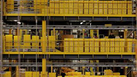 Arbeidere sorterer ting inne i en fabrikk på Amazon i New Jersey i USA.