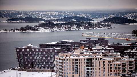 Tomteprisen er den mest variable kostnaden i et utviklingsprosjekt – og den kostnaden som dermed styrer prisforskjellen i markedet mest. Historisk har Oslo kommune og kommunens selskaper solgt tomter dyrest mulig, til glede for alle innbyggerne, skriver Rolf Thorsen i innlegget. Her fra boligbygging i Bjørvika i Oslo.