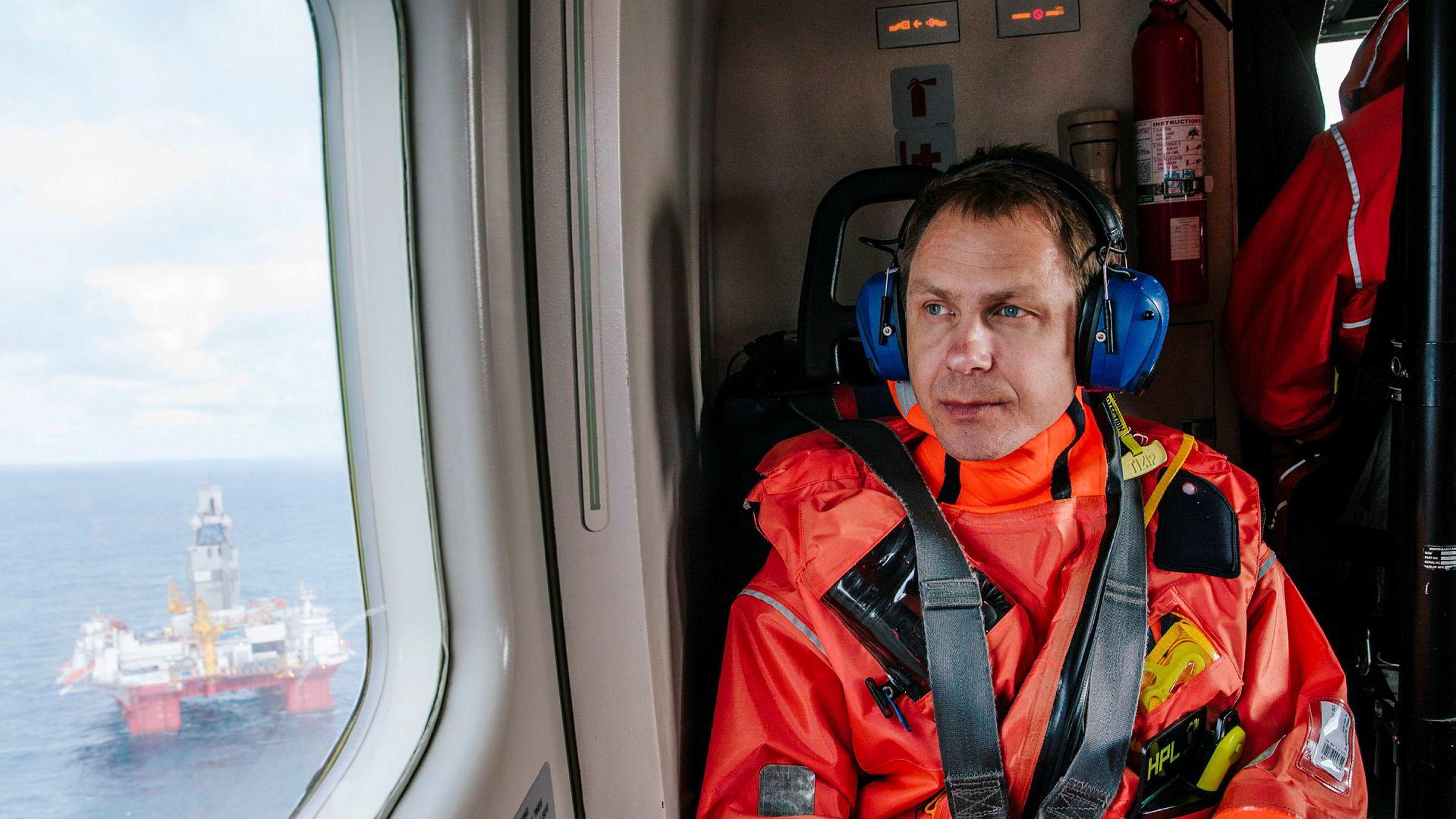 Heimdal-feltet. To personer ble skadet i en arbeidsulykke ved Heimdal-feltet torsdag kveld. Dette skjedde i forbindelse med at en flyttbar gassflaske eksploderte. På bildet er pressetalsmann Morten Eek i Equinor i helikopter på vei til oljerigg i Barentshavet.
