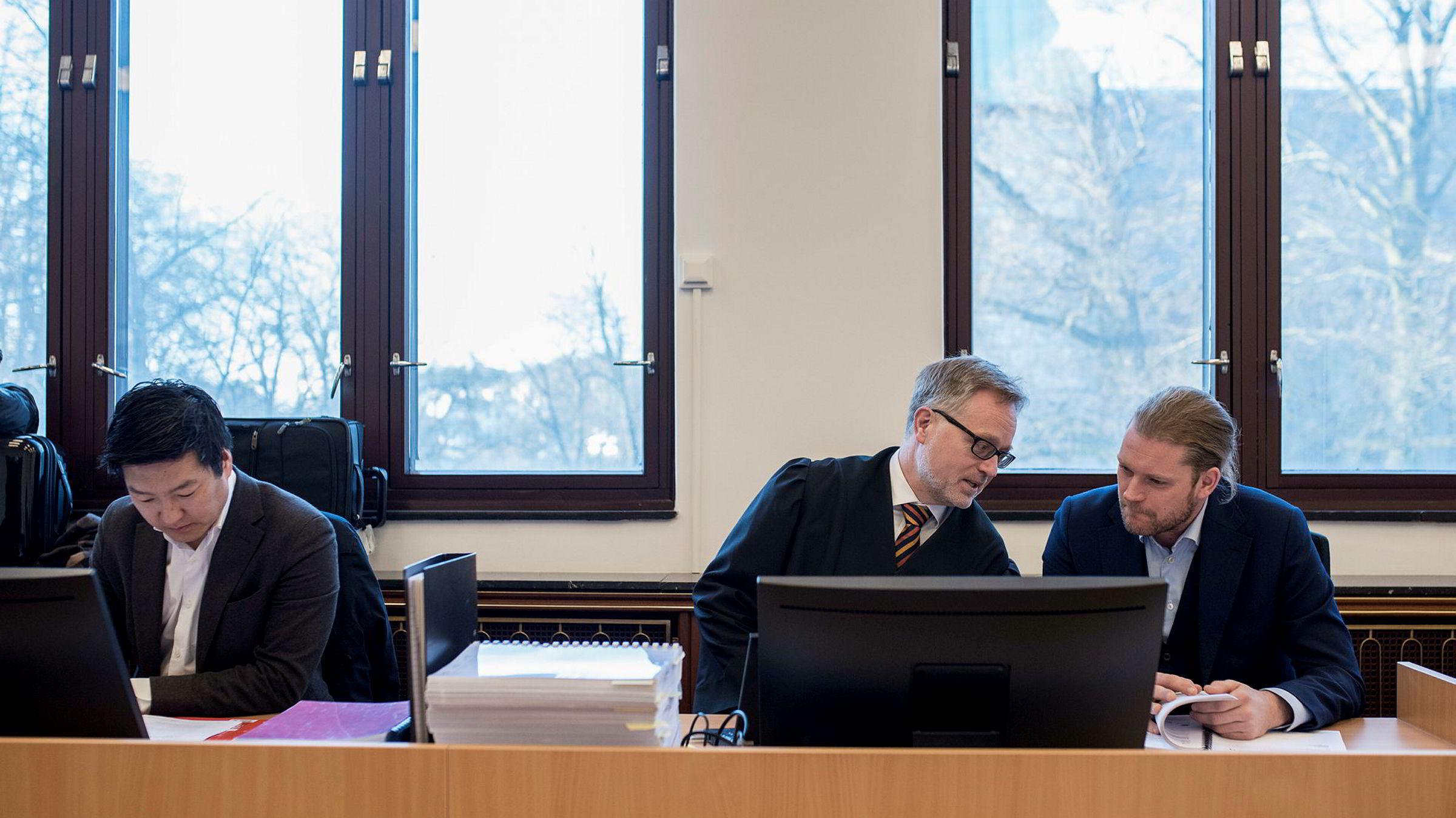 Thomas Mjeldheim, til venstre, advokat Alex Borch og Petter Smedvig Hagland, til høyre. I dag, onsdag, startet rettssaken mellom Base Property og Alfred Ydstebø som har saksøkt de tre kompanjongene Smedvig Hagland, Fjeldheim og Andersen for 130 millioner kroner. Det er satt av fire uker til saken. Foto: Tommy Ellingsen
