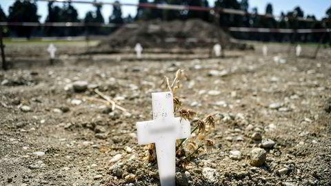 Midlertidige hvite kors ved alle ferske graver ved Maggiore-gravplassen i Milano. Tall fra det italienske trygdevesenet kan tyde på at antall døde som følge av virusutbruddet i Italia er langt høyere enn først antatt.