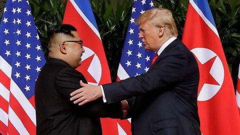 Den gang da: Det ble sett på som et historisk fremskritt i forholdet mellom landene og for fred da Nord-Koreas leder Kim Jong-un og USAs president Donald Trump tok hverandre i hendene 12. juni på Capella resort på Sentosa Island i Singapore.