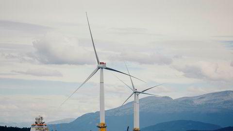 I 2017 ble Hywind satt i drift, seksten år etter at to norske ingeniører fikk ideen under et vindstille seilas. Her er vindmøllene på vei ut fra Stord til Skottland.