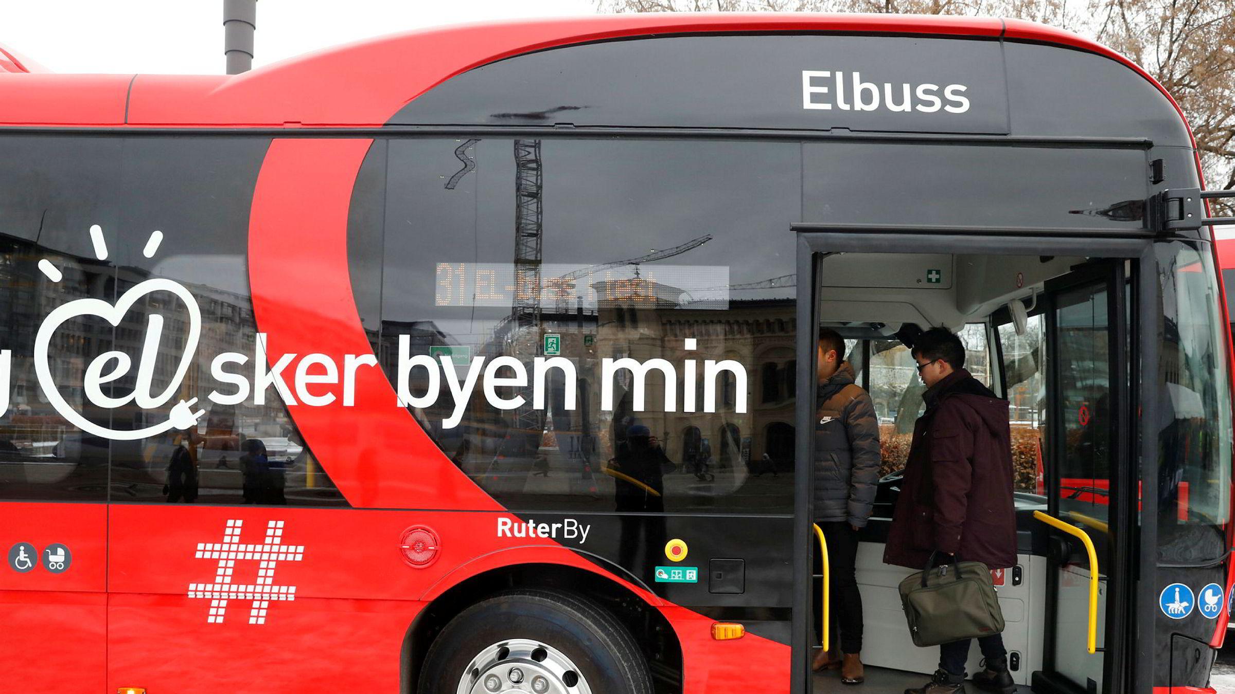 Ruter planlegger for å kunne frakte folk i sikkerhet om Oslo rammes av en naturkatastrofe eller terror. Her med de nye elbussene som er inn på testkjøring i Oslo.