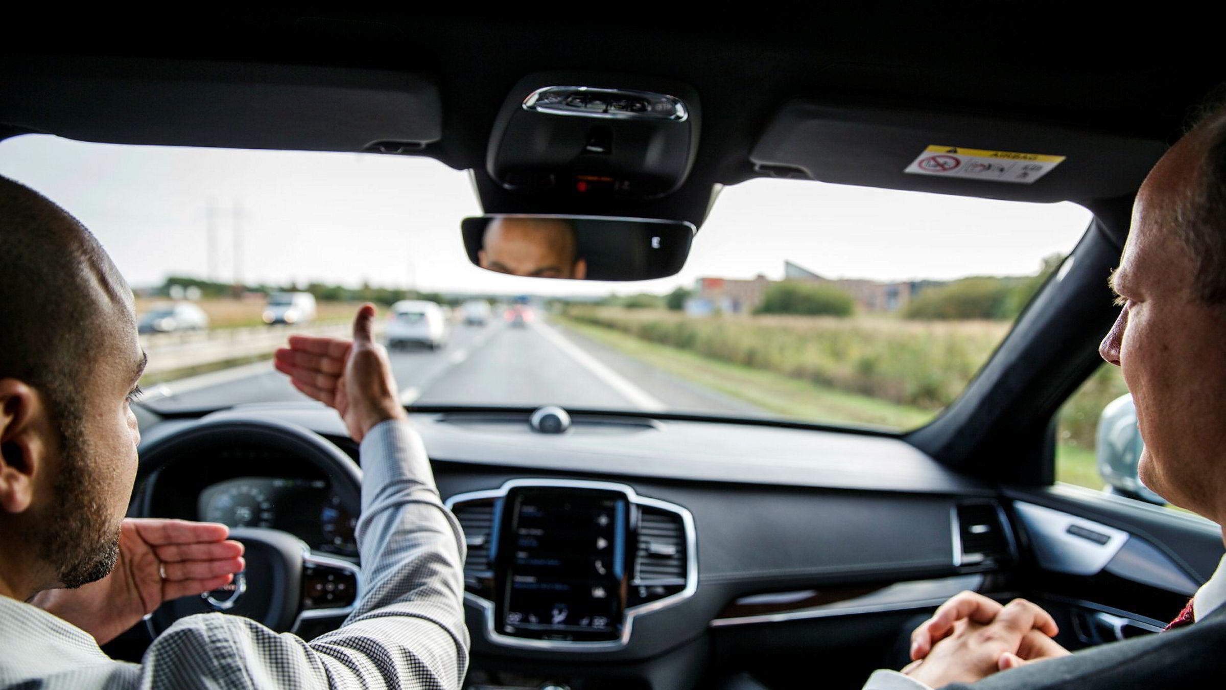 Vi bruker øyekontakt og vår evne til å forstå situasjonen til å gjøre det rette. Den muligheten har ikke den selvkjørende bilen, skriver forfatteren. Her fra Volvo XC90, en selvkjørende bil på ringveien i Göteborg, Sverige.