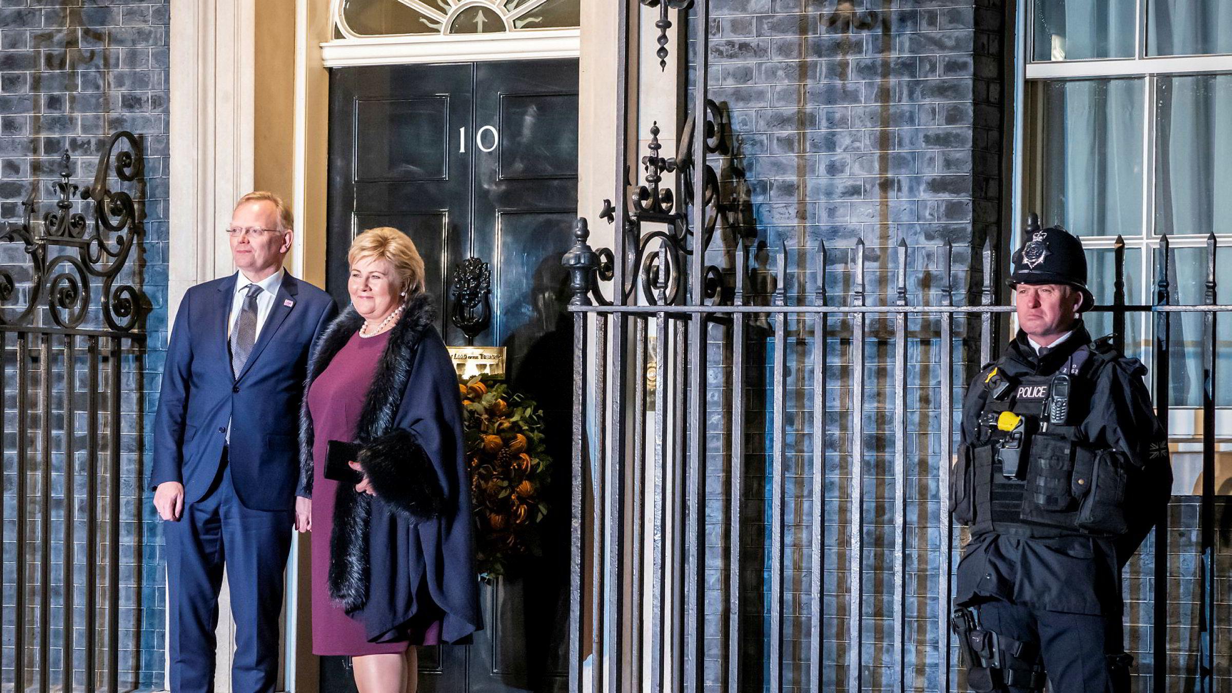 Statsminister Erna Solberg foran den britiske statsministerboligen i 10 Downing Street i London, sammen med mannen Sindre Finnes.