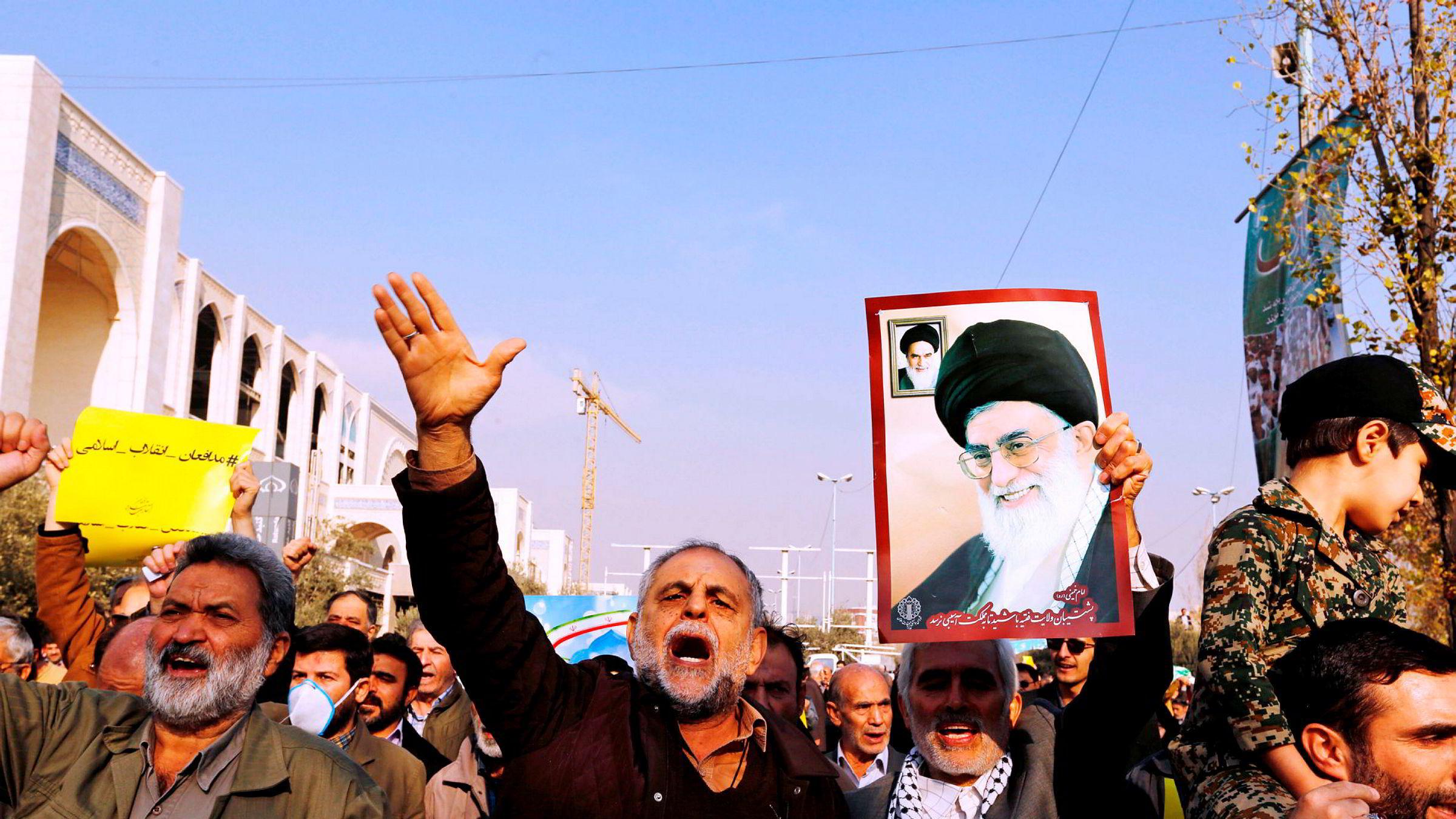 De siste dagene har tusenvis av iranere tatt til gatene for å vise sin støtte til myndighetene etter opptøyer som startet sist torsdag. Her fra en demonstrasjon i forbindelse med fredagsbønnen i Teheran.