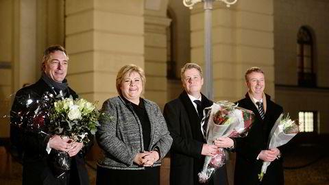 Det er ventet at statsminister Erna Solberg vil komme ut på Slottsplassen i dag med tre nye statsråder. Bildet er fra forrige utskiftning i regjeringen, med fra venstre EU-minister Frank Bakke-Jensen, Solberg, justisminister Per-Willy Amundsen og olje- og energiminister Terje Søviknes. Bakke-Jensen blir trolig å se også i dag.