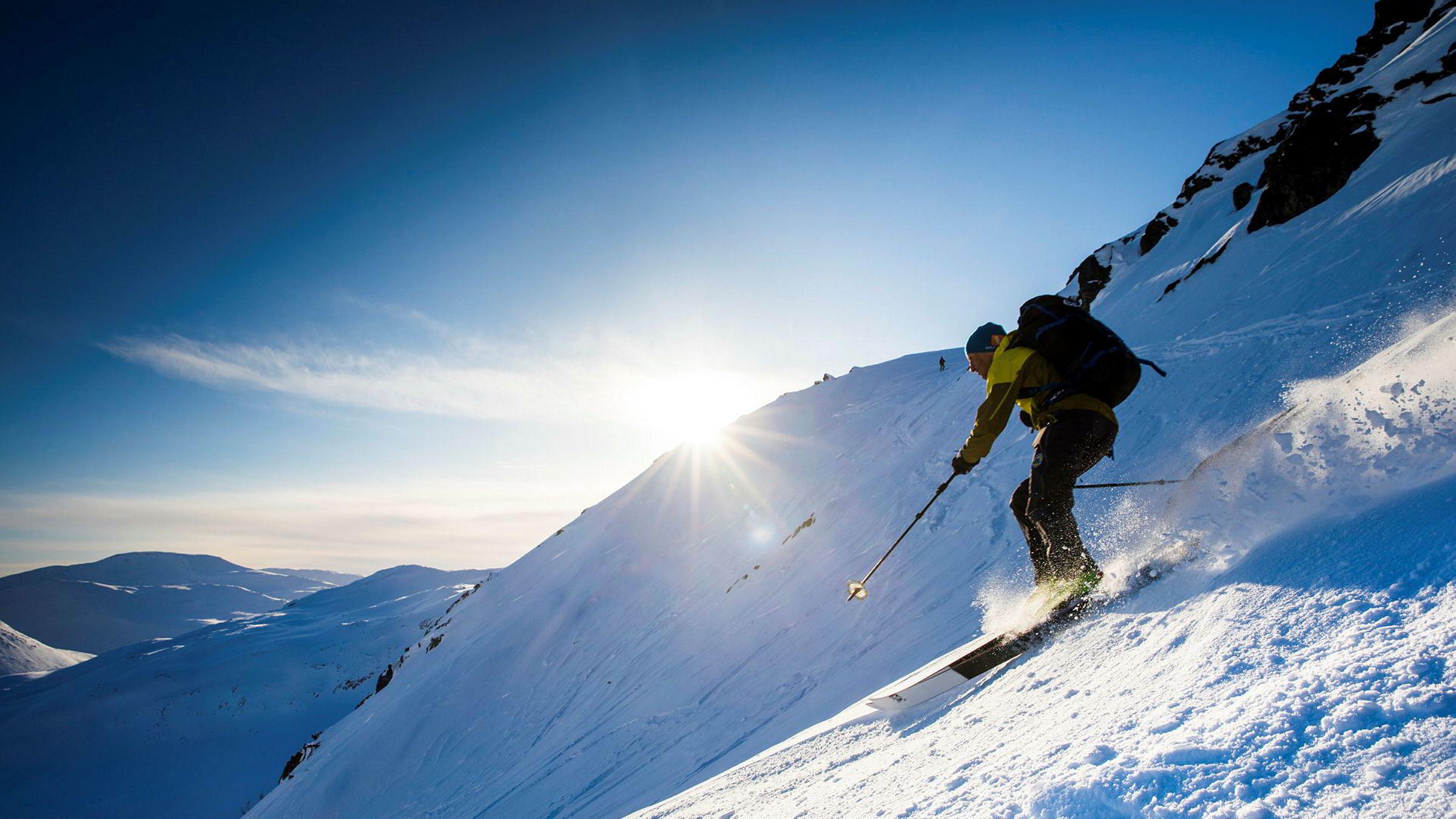 Espen Nordahl ved Nasjonalt kompetansesenter for snøskred i Tromsø på vei ned fra Skittentind.