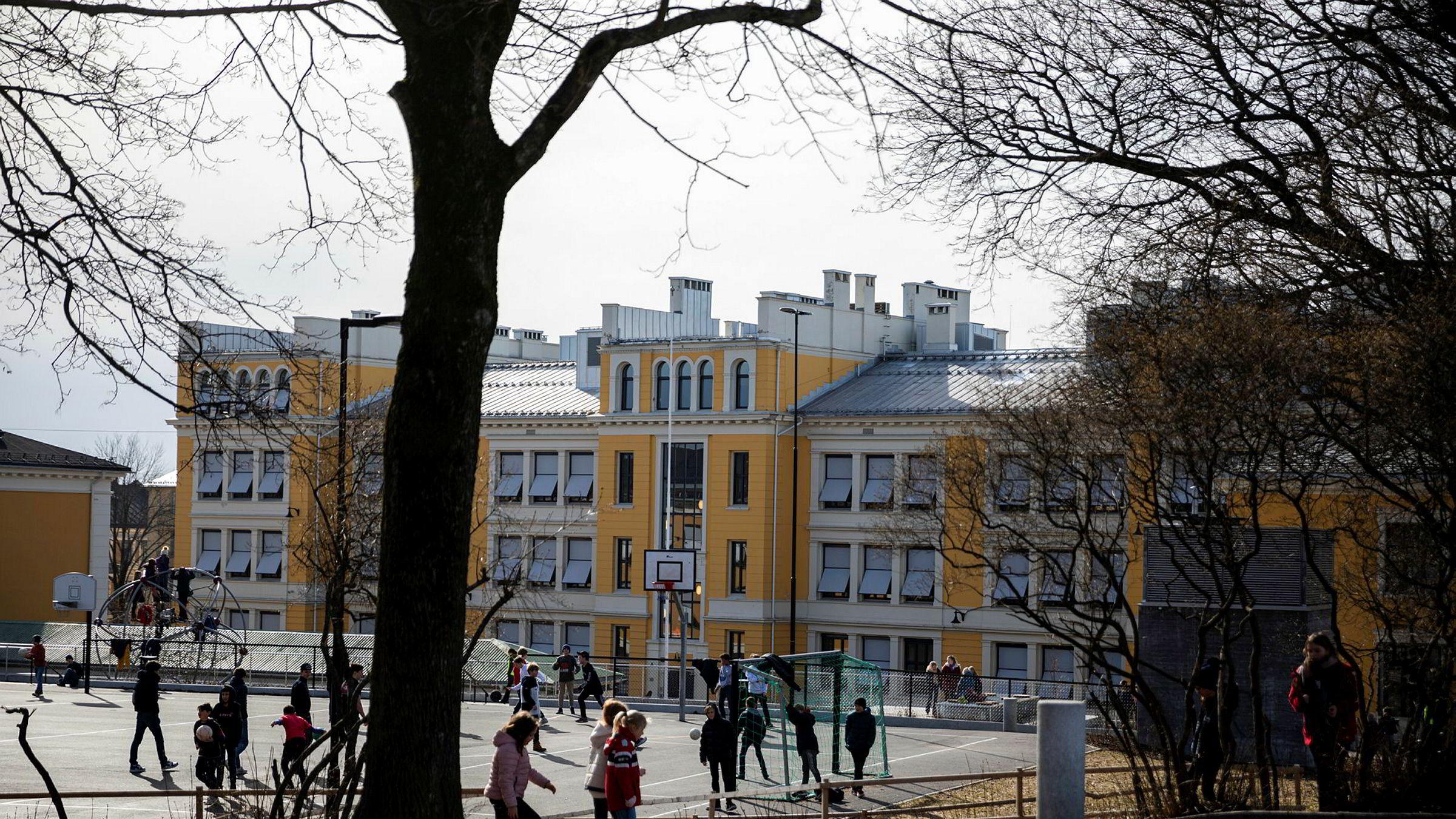 Alle landets skoler og barnehager stenges. Her er barn som leker ute på Uranienborg skole.