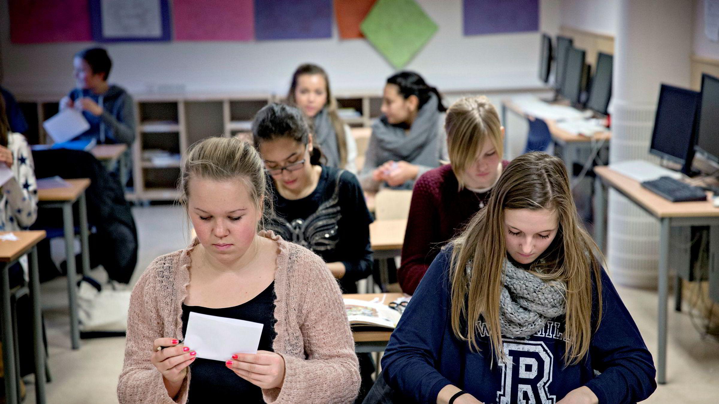 Fraværet i grunnskolen er høyere enn i videregående. Nå vurderer regjeringen å innføre fraværsgrense også for Grunnskolen.