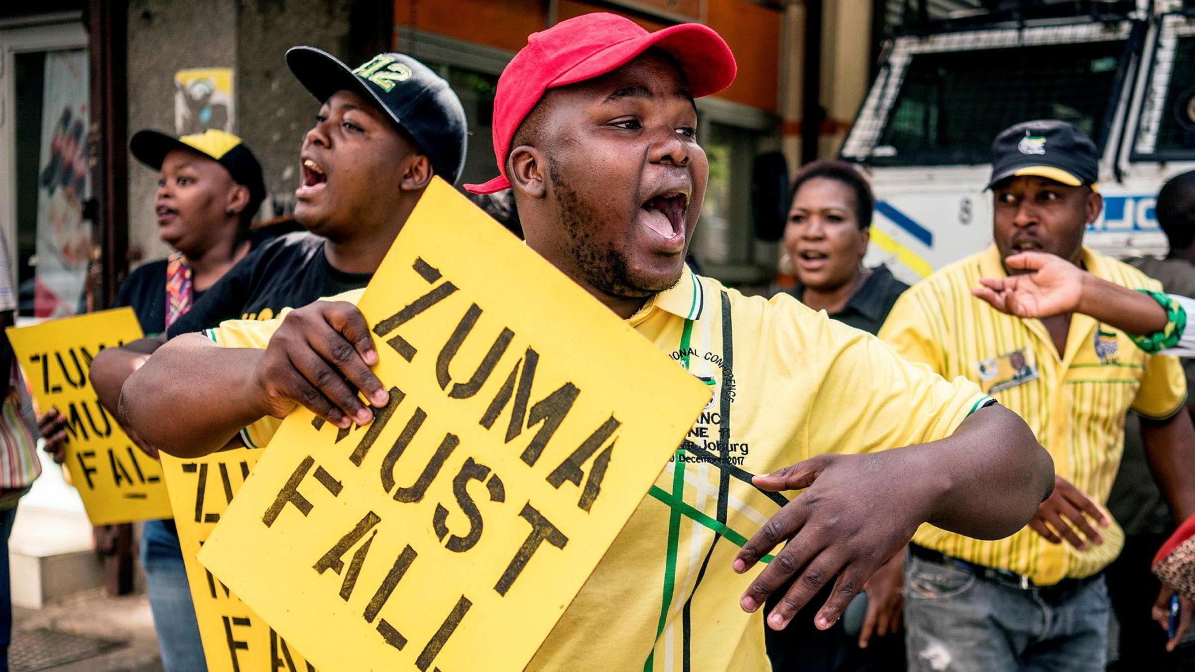 Tilhengere av visepresident Cyril Ramaphosa demonstrerte sist fredag mot president Zuma utenfor hovedkvarteret til ANC i Johannesburg.
