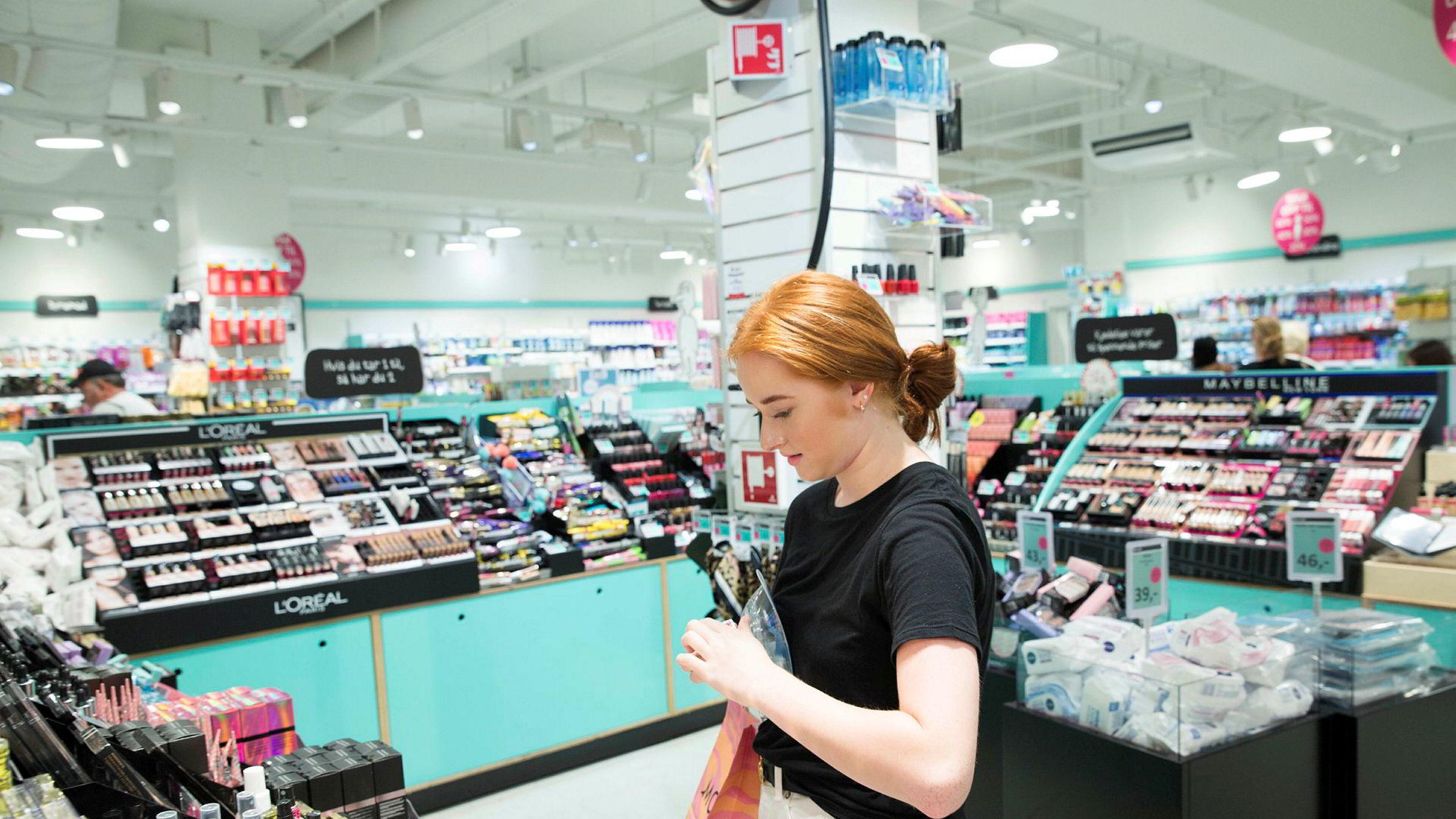 Fallende etterspørsel gjør at billigkjeden Normal kutter bemanningen. Her Lillian Kassem (16) på shopping i en av butikkene sist sommer.