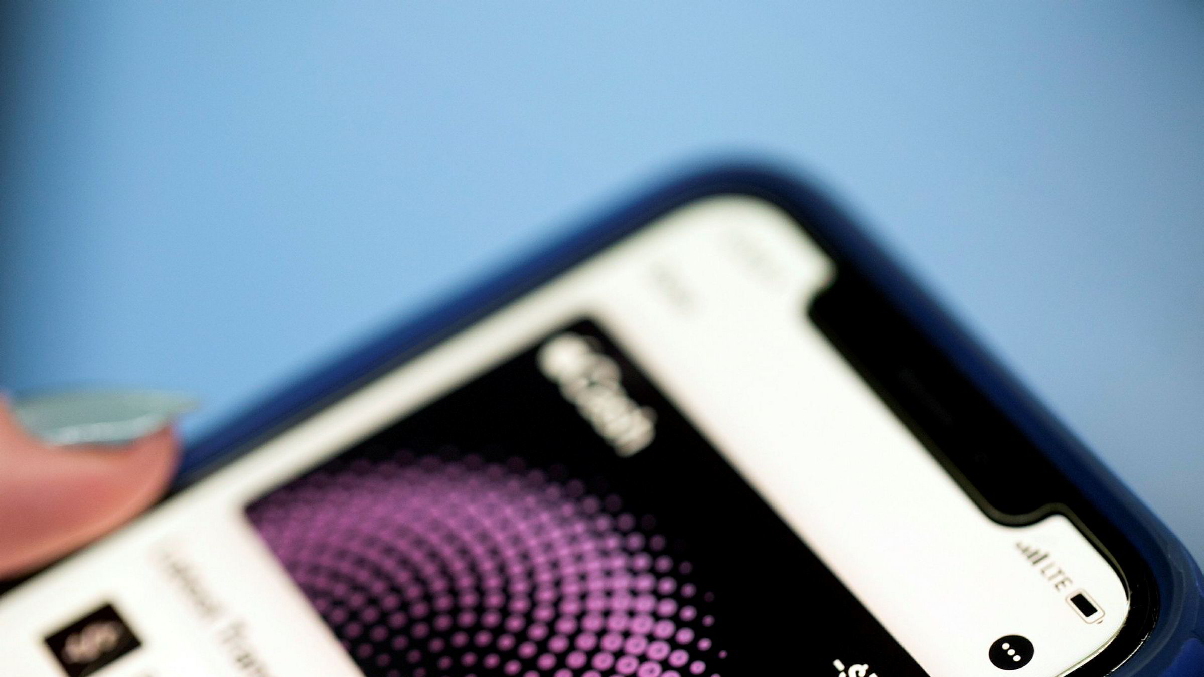 Ukrainas utenriksminister skryter av Iphone, men mener Apple bør holde seg unna storpolitikk.
