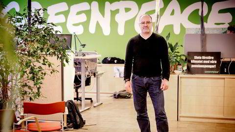 Martin Norman, som jobber med bærekraftig finansvirksomhet for Greenpeace, advarer mot å investere i den chilenske lakseoppdretteren Camanchaca, som fredag blir notert på Oslo Børs.