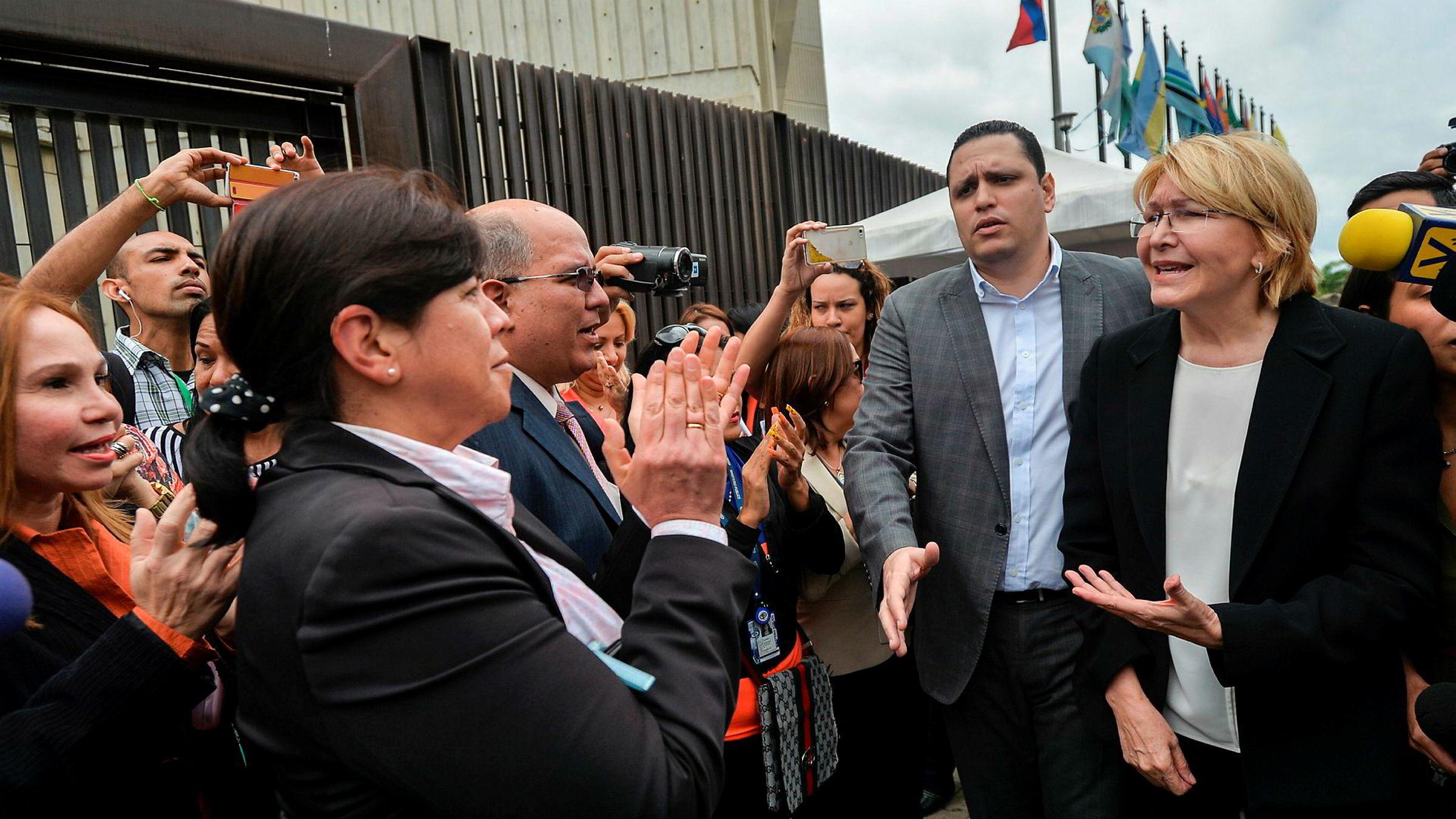 Riksadvokat Luisa Ortega Diaz (til høyre) har vært en av President Nicolas Maduros harde kritikere. Nå er hun suspendert.