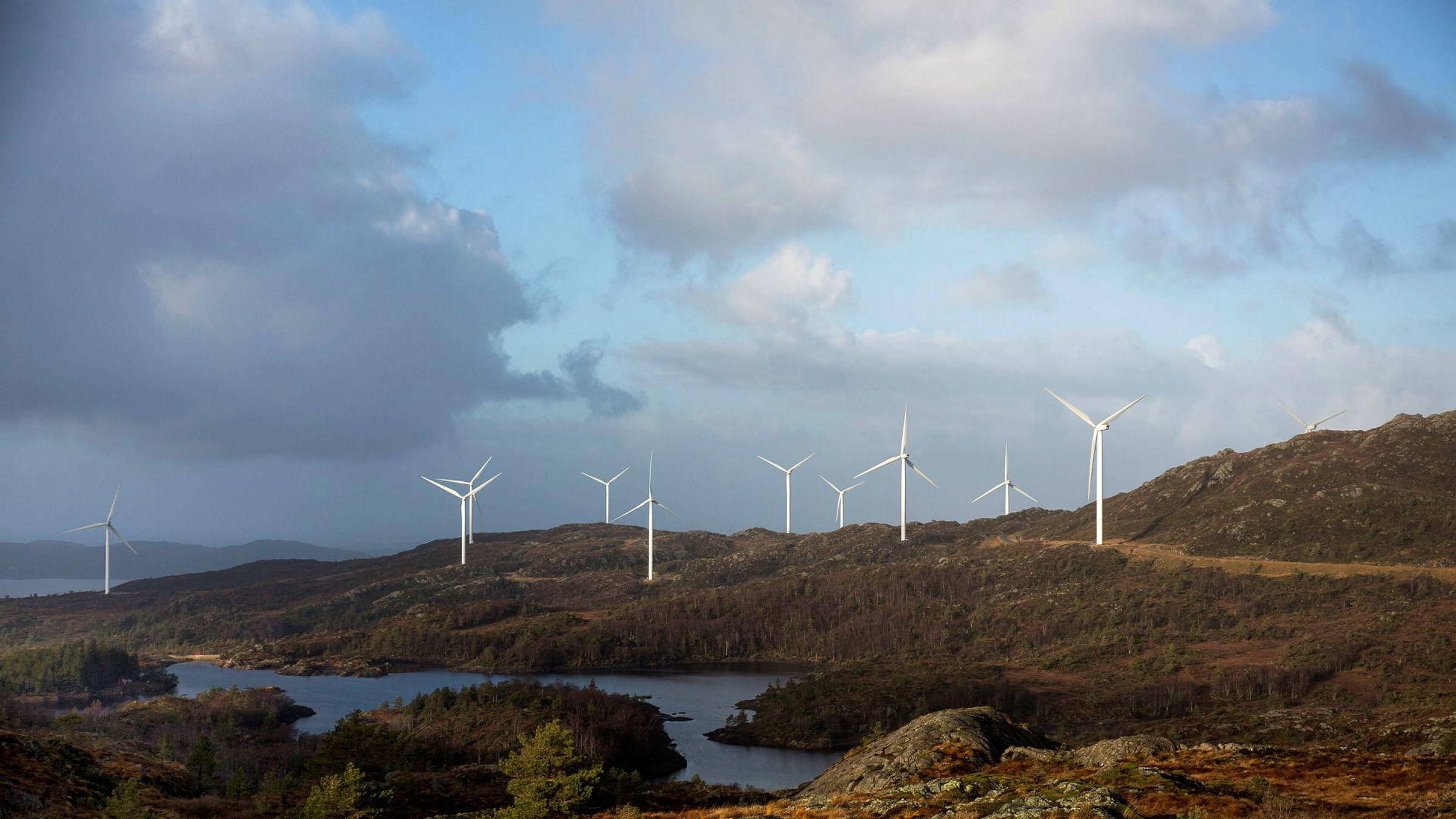 Vindparker har kostet norske strømkunder dyrt. Bildet viser Midtfjellet vindpark på Fitjar.