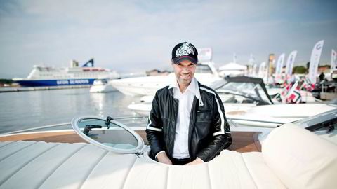 Bård Eker er glad i fart og spenning, og er også kjent for sine designerevner. Her er han på en båtmesse ved operaen i Oslo.