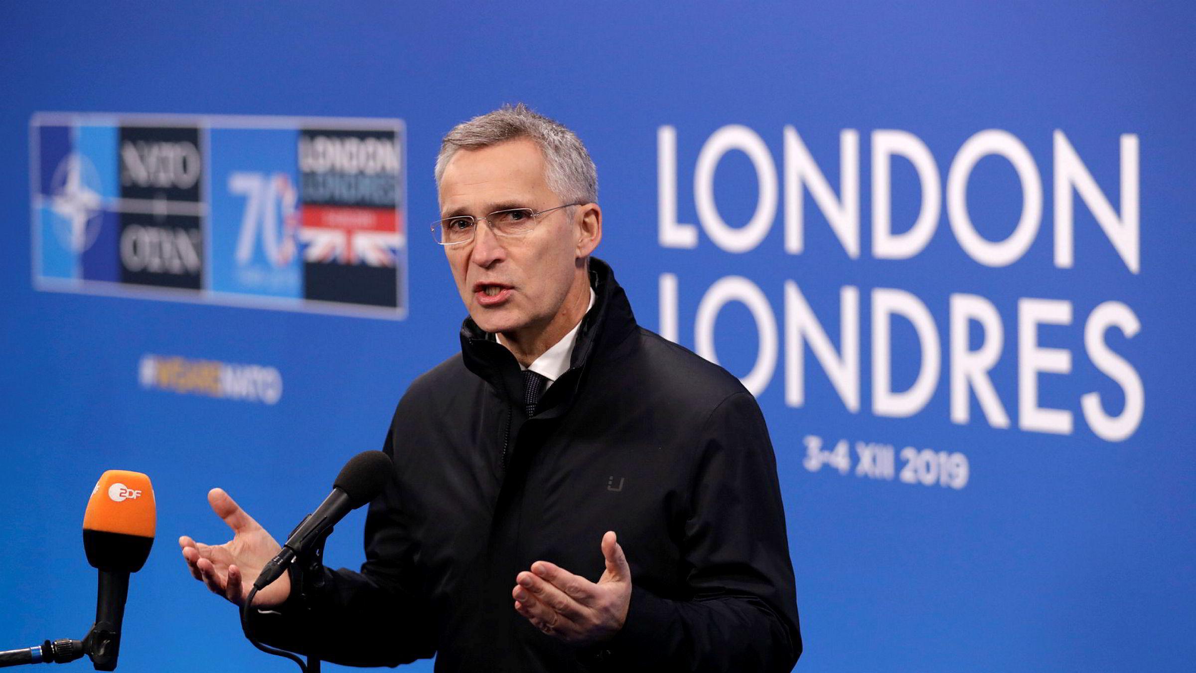 Jens Stoltenberg tok seg tid til noen spørsmål fra mediene da han ankom The Grove utenfor London, der alliansens stats – og regjeringssjefer samles onsdag.