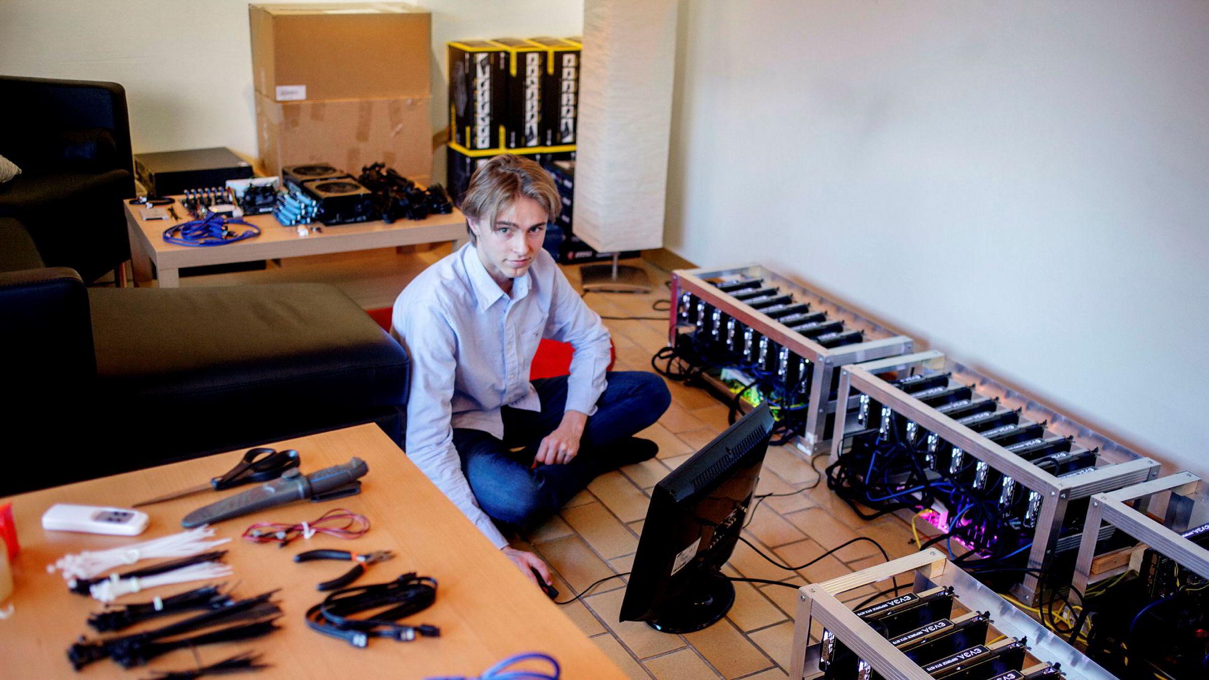 Oskar Andreas Berg begynte å «mine» kryptovaluta i februar i år. Nå tjener han rundt 50.000 i måneden bare på å «mine».